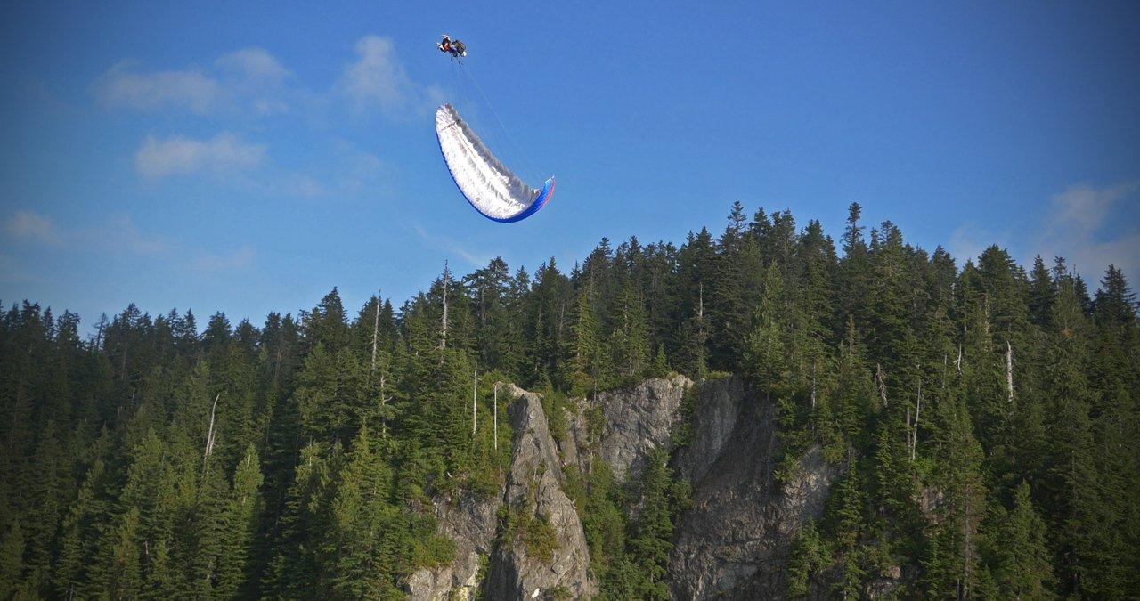 Les passagers canadiens adorent le biplace acrobatique!