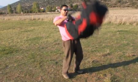 Comment charger son sac parapente sur le dos d'un coup de genou!