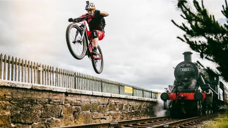 Danny MacAskill, le biker légendaire s'amuse en campagne écossaise