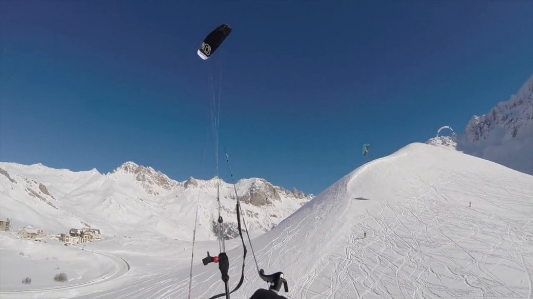 «Fly over the powder», des snowkiters volants