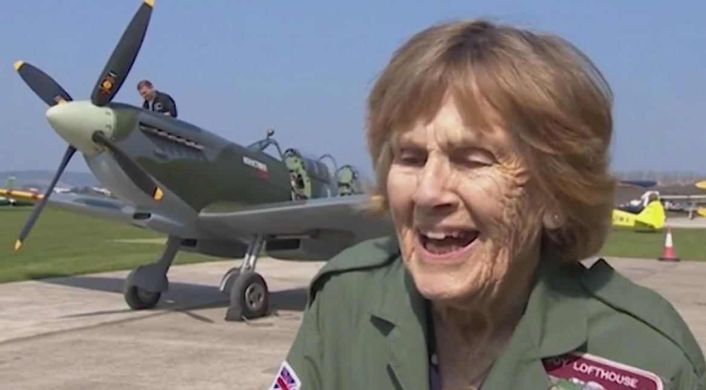 A 92 ans, elle remonte dans un Spitfire pour la 1ère fois depuis 1945