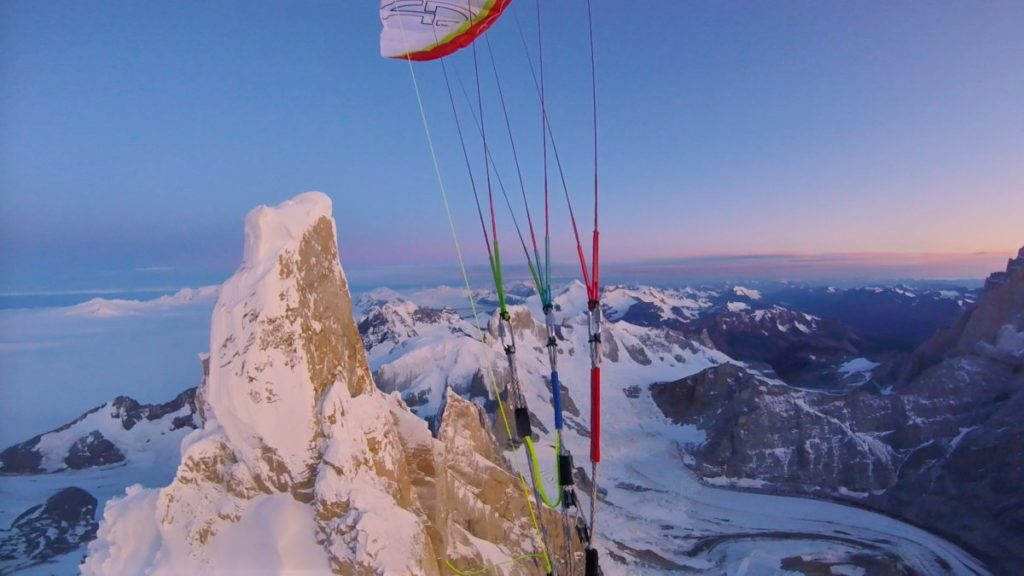Premier vol en parapente depuis le sommet Cerro Torre (Patagonie)