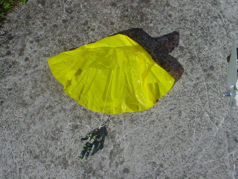 Faire croire qu'il est possible de voler sous un petit tissu