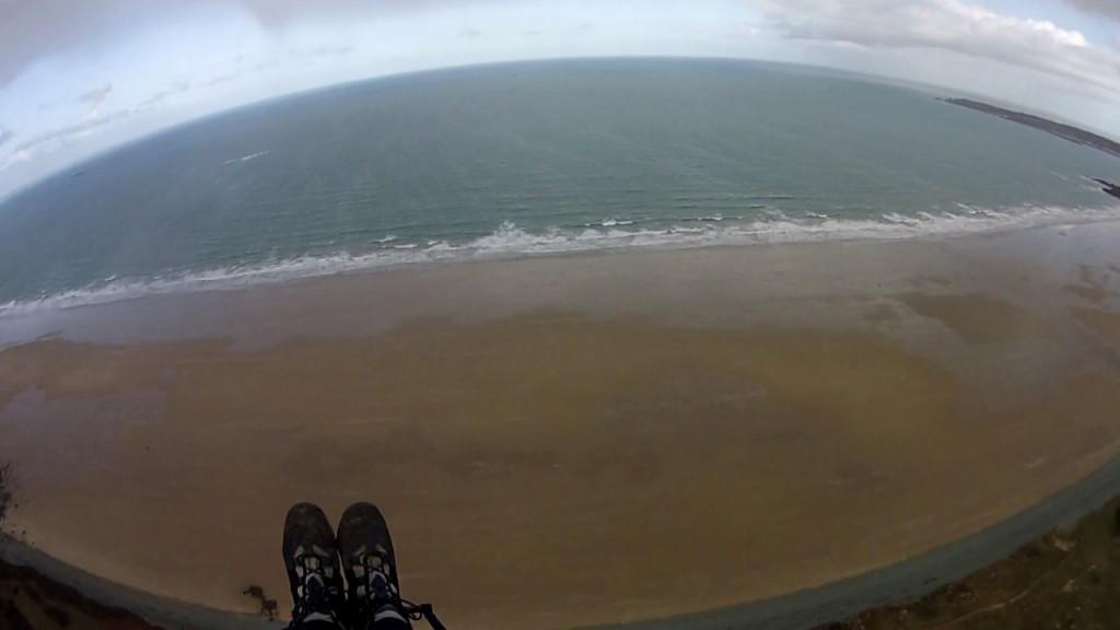 Le vent devient plus fort et il part en marche arrière derrière la plage