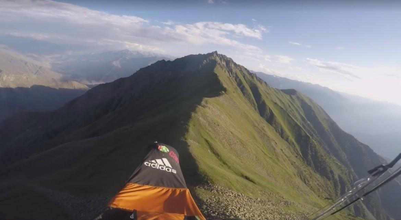 Antoine Girard atterrit sur une crête saillante pour son bivouac