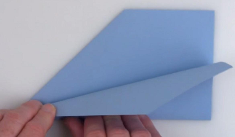 Un avion en papier : comment réussir à le faire voler sur 70 m ?