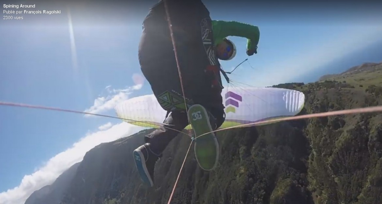 Francois Ragolski filme ses acrobaties en contre plongée