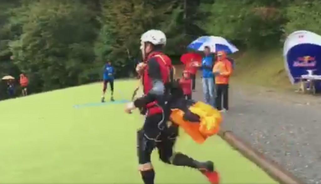 Red Bull Elements : Chrigel Maurer déplie son parapente et décolle en 1 mn