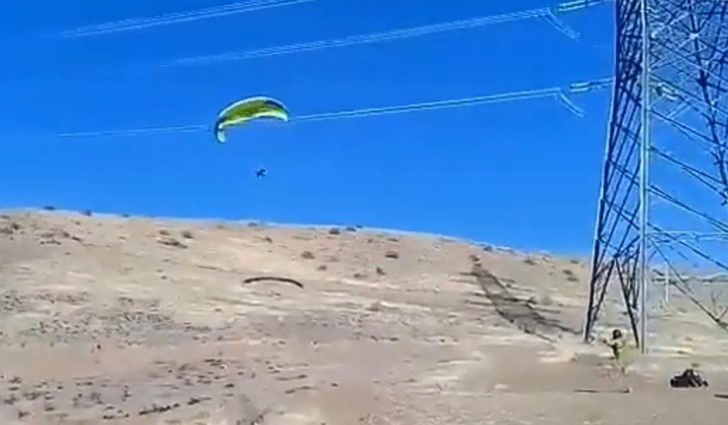 Après le décollage, il recule et s'accroche à une ligne à haute tension