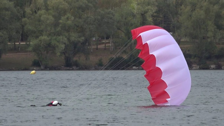 Comment neutraliser un parachute de secours après le contact au sol ?