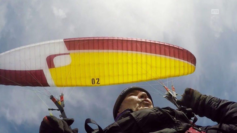 Etienne, 82 ans, un pionnier du deltaplane volant encore en parapente