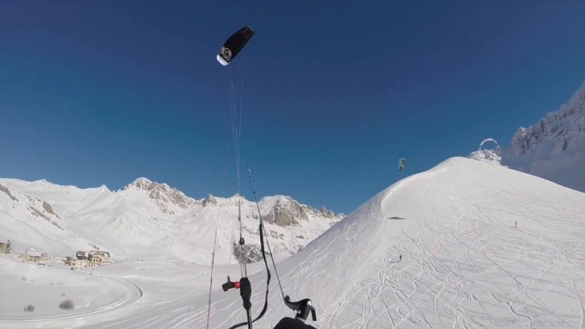 « Fly over the powder », des snowkiters volants
