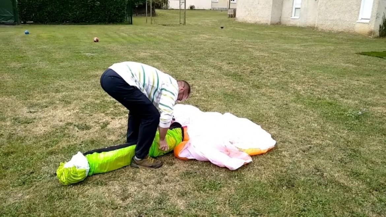 Julien, N°1 du concours pliage parapente le plus rapide (1 mn)