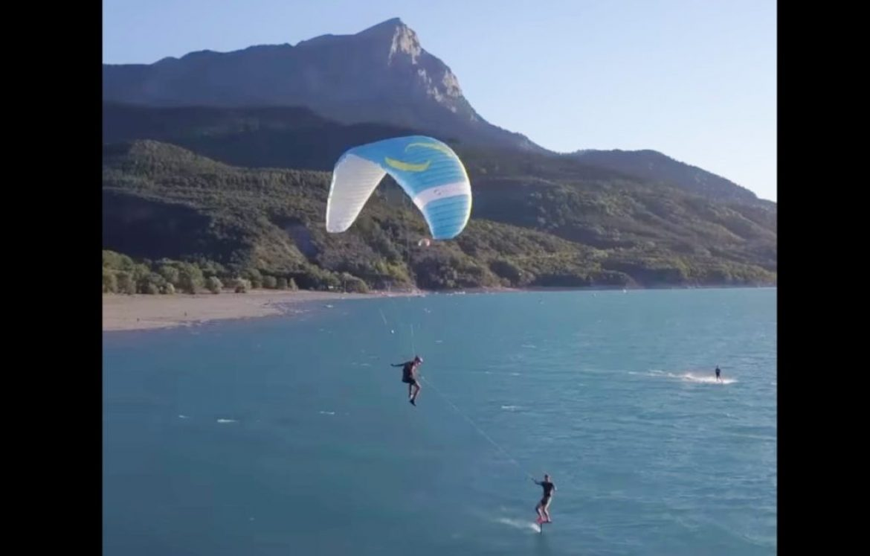 Rody kite avec une voile très spéciale : un parapente piloté par Lolo !