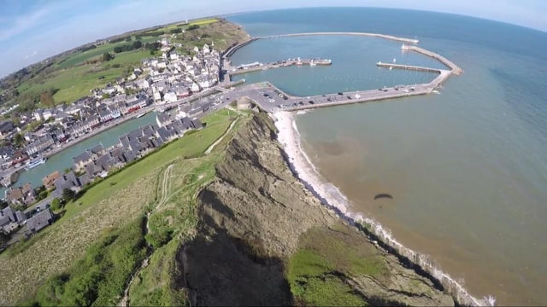 La côte normande vue du ciel en parapente avec Olivier