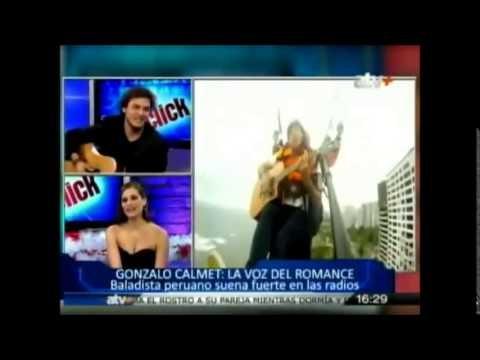Le chanteur péruvien Gonzalo Calmet chante en parapente
