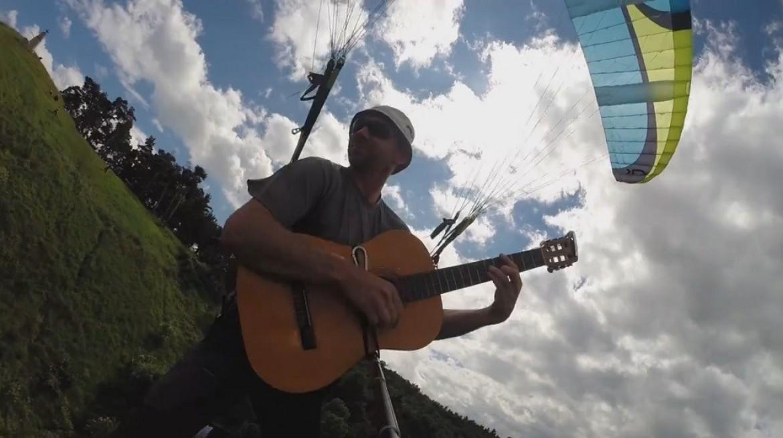 Un petit air de guitare en NIVIUK Skin pilotée sans les mains