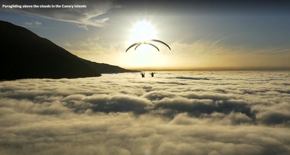 Veso et Ondrej en vol syncho au dessus d'une mer de nuages