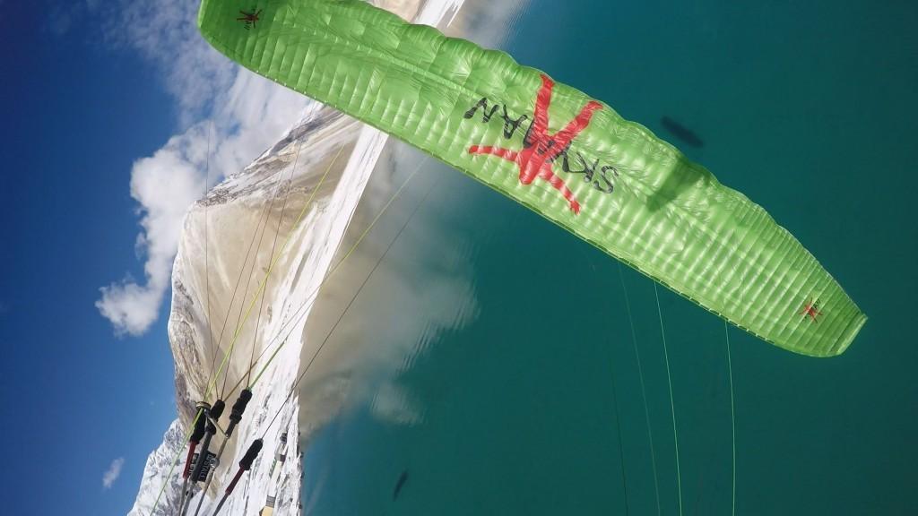 Rando vol au dessus du lac Pangong Tso (Himalaya)