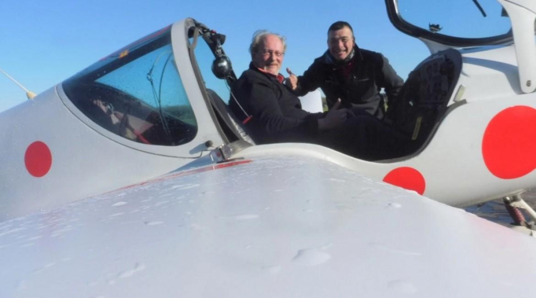 Roland Wacogne pose sur un aérodrome et part pour un 2è vol