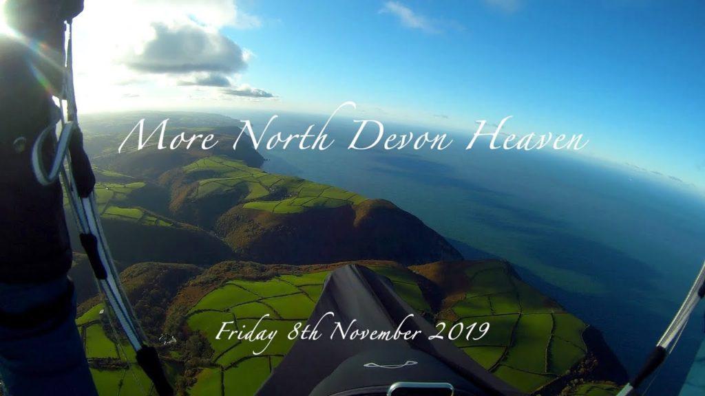 Soaring parapente magique sur la côte nord de Devon (Royaume Uni)
