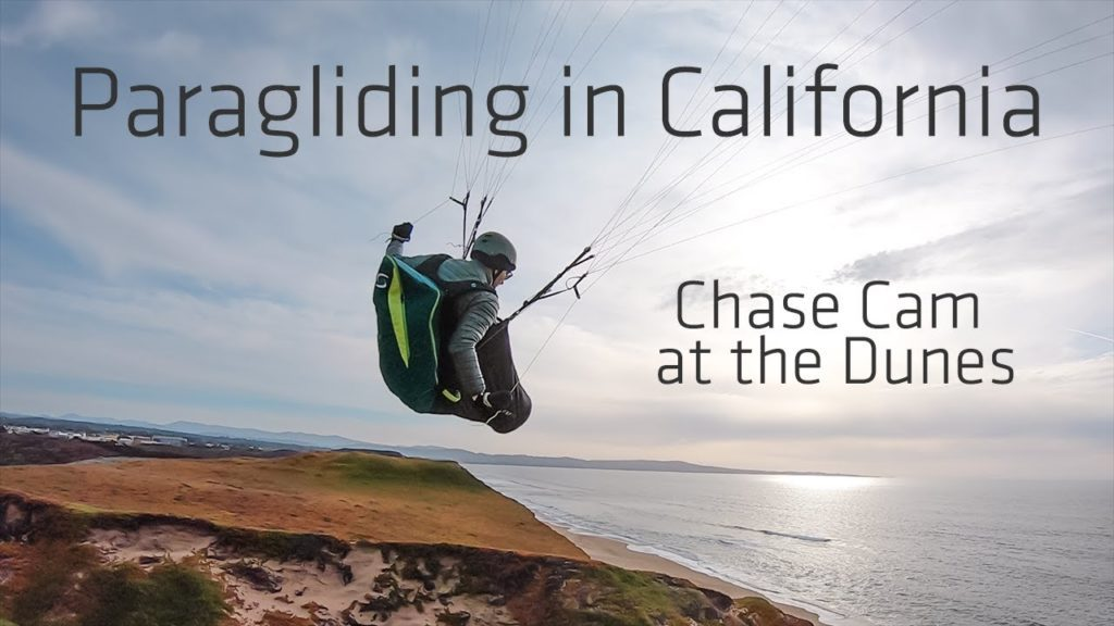 Soaring parapente le long des dunes de Marina en Californie