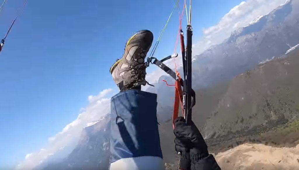 Après fermeture, une suspente reste accrochée à sa chaussure de rando