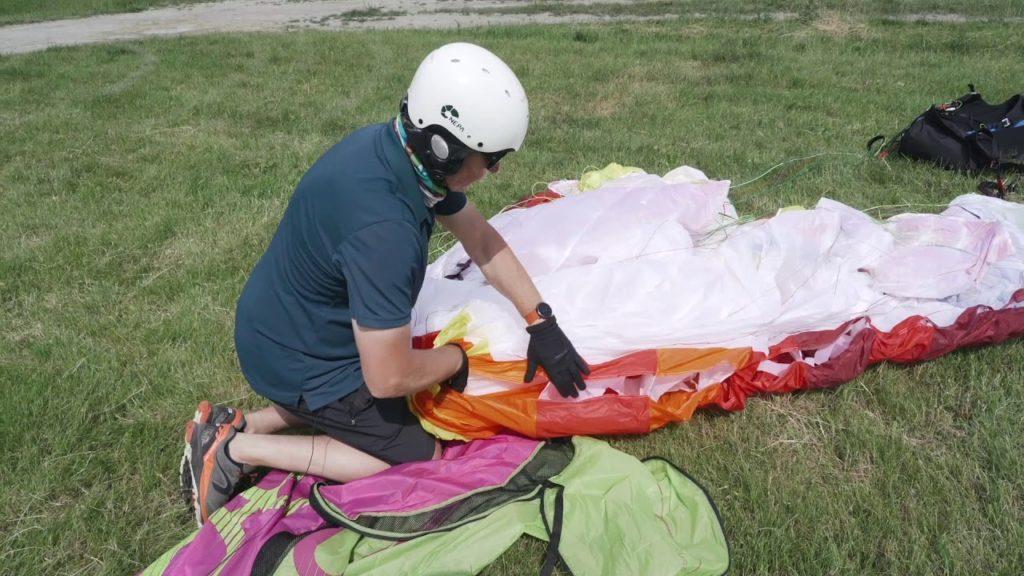Techniques pour plier la voile parapente dans le vent fort