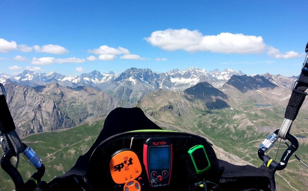 Les super triangles de 6 pilotes au départ du col d'Agnel (240/306 km)