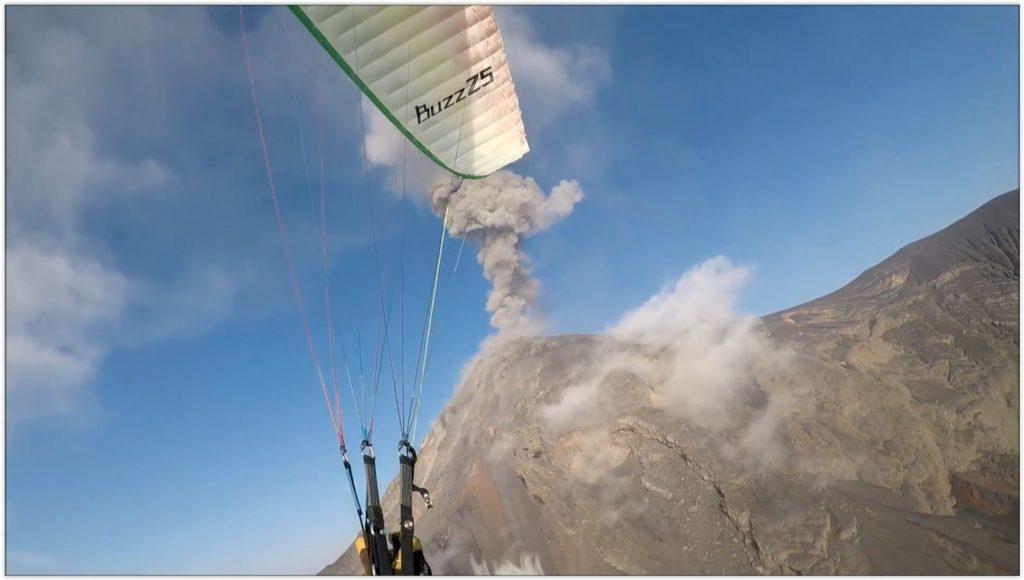 Nico vole en parapente près du volcan Acatenango en éruption (Guatemala)