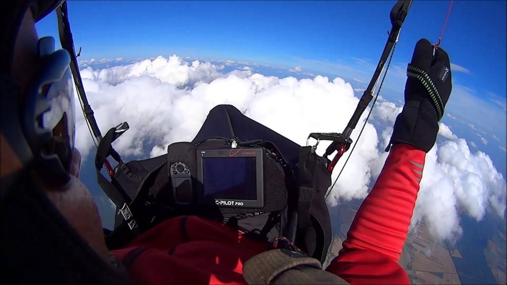 Voler en parapente au dessus des nuages (vol d'onde)