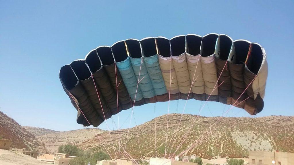 Zouhair fabrique lui même son parapente dans son village (Maroc)